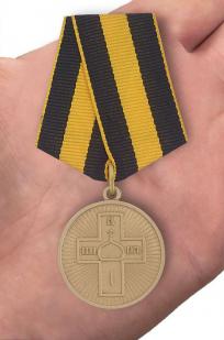 Православная медаль Дело Веры 3 степени - вид на ладони