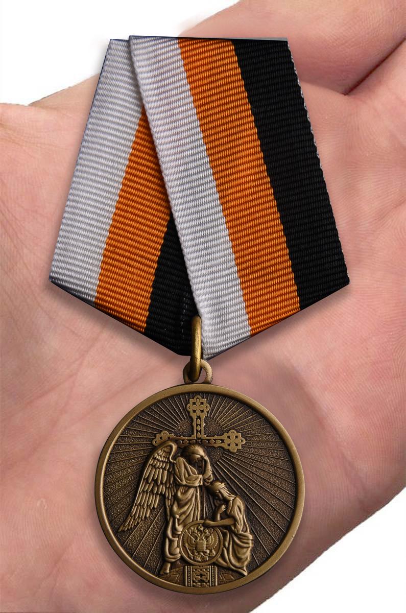 Православная медаль Русская земля - вид на ладони