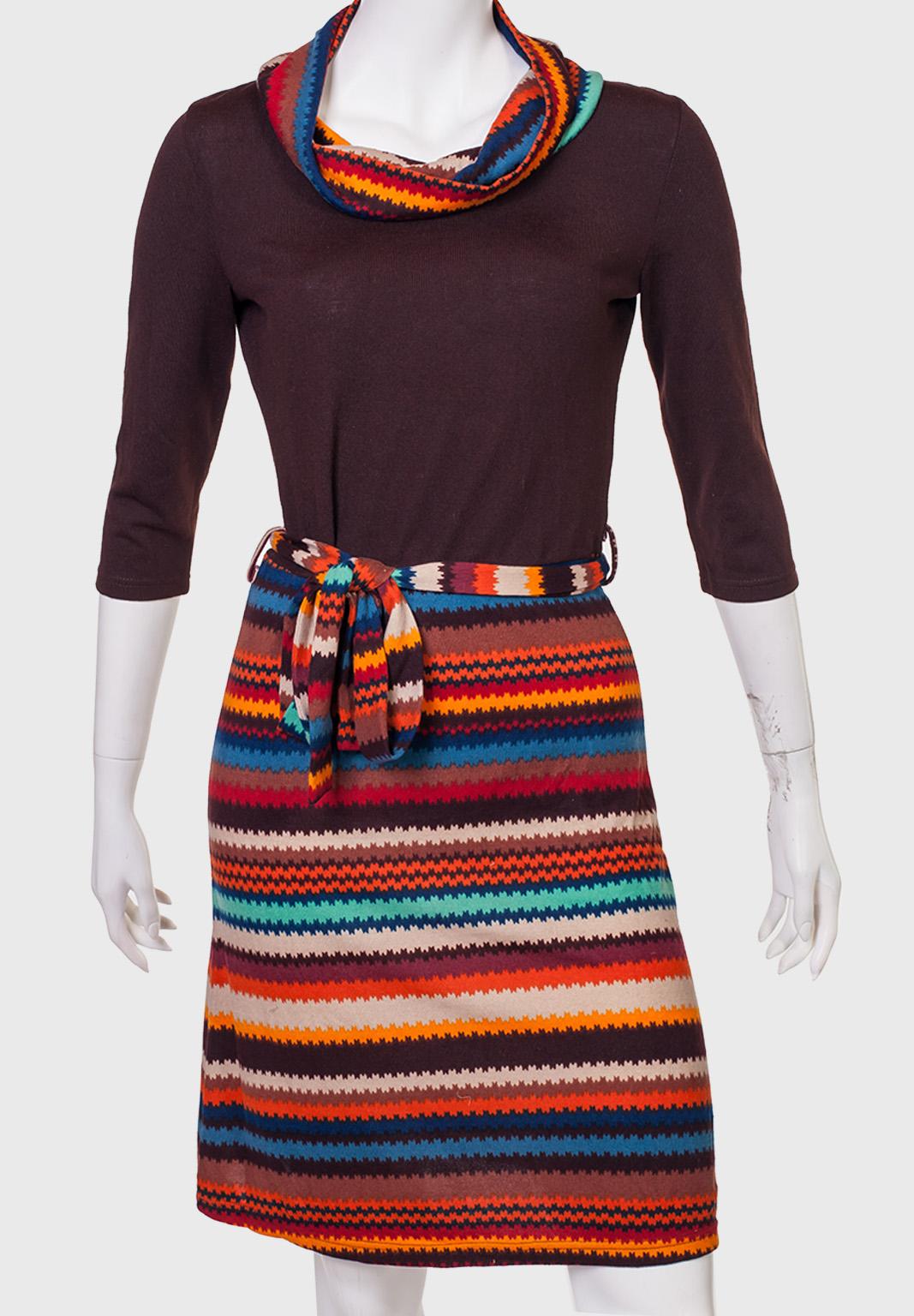 Купить притягательное платье с орнаментом на подоле и поясе