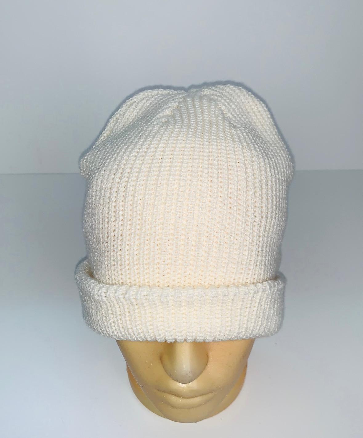 Привлекательная белая шапка