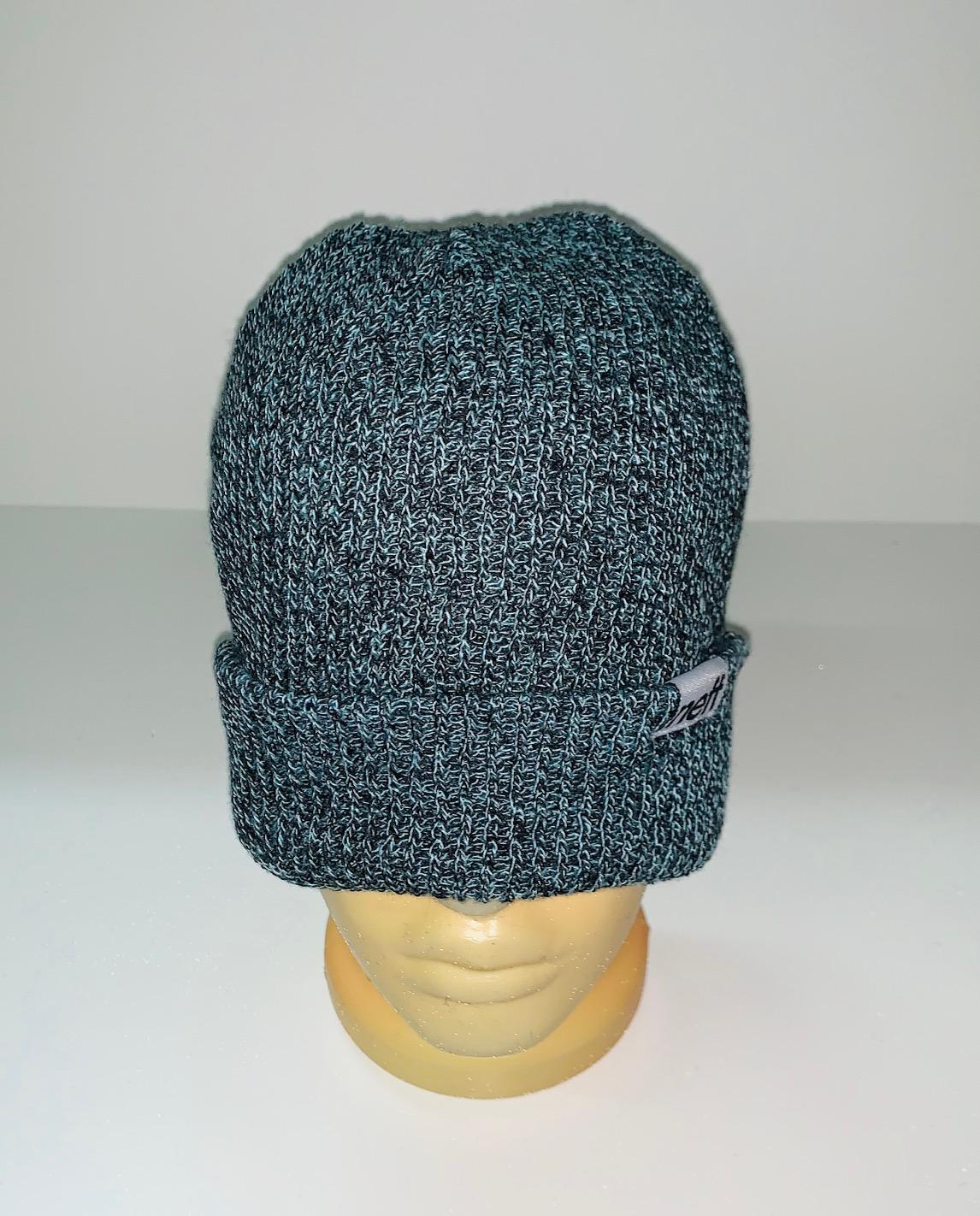 Привлекательная модная шапка