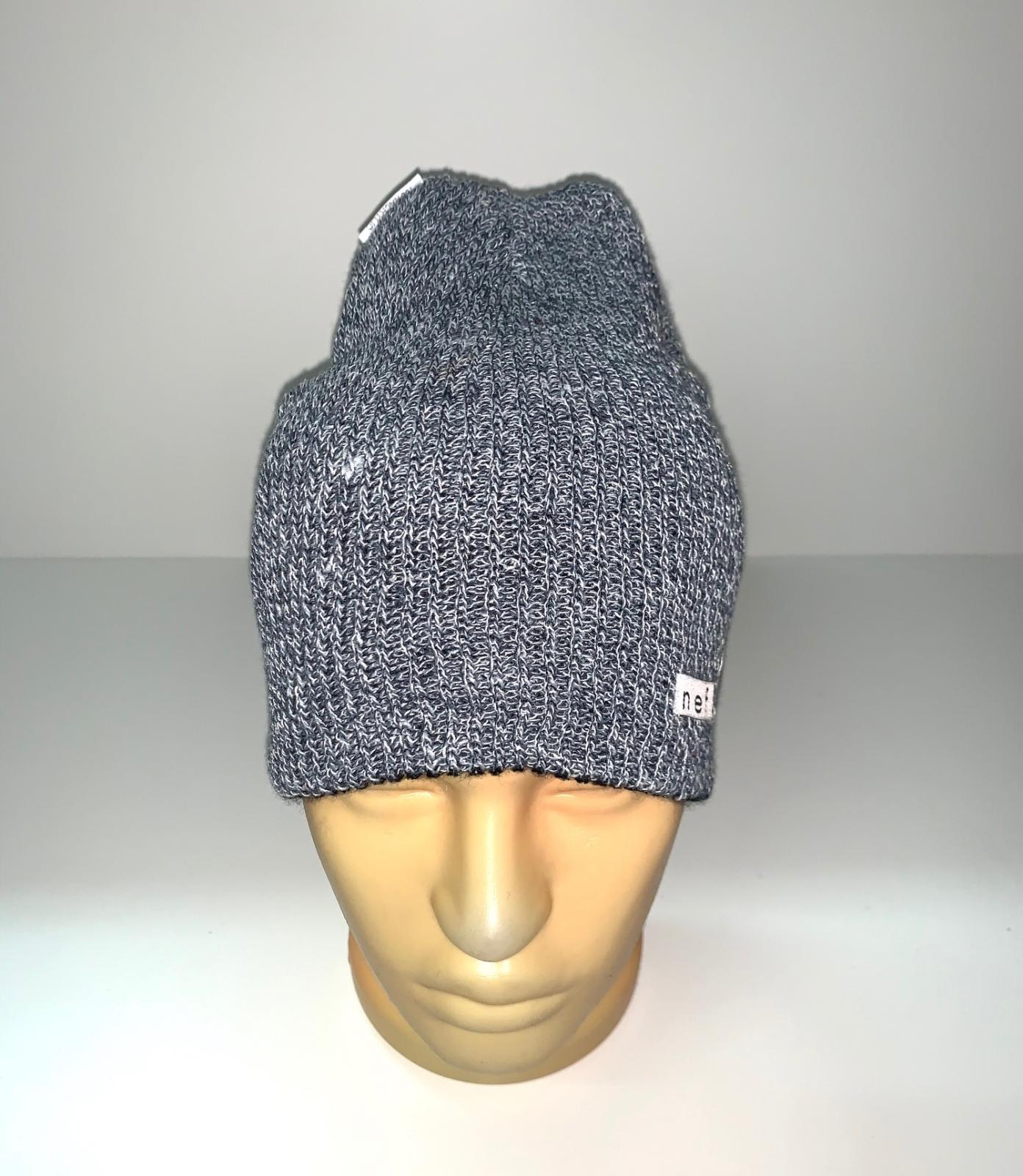 Привлекательная серая шапка