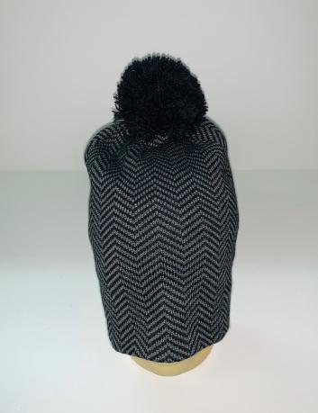 Привлекательная шапка с черным помпоном