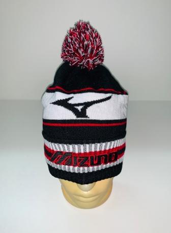 Привлекательная шапка с полосками и помпоном