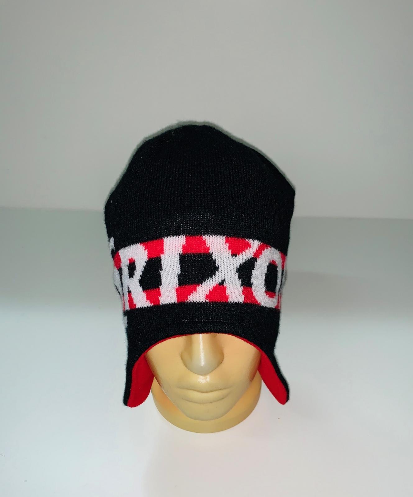 Привлекательная шапка с ярким узором