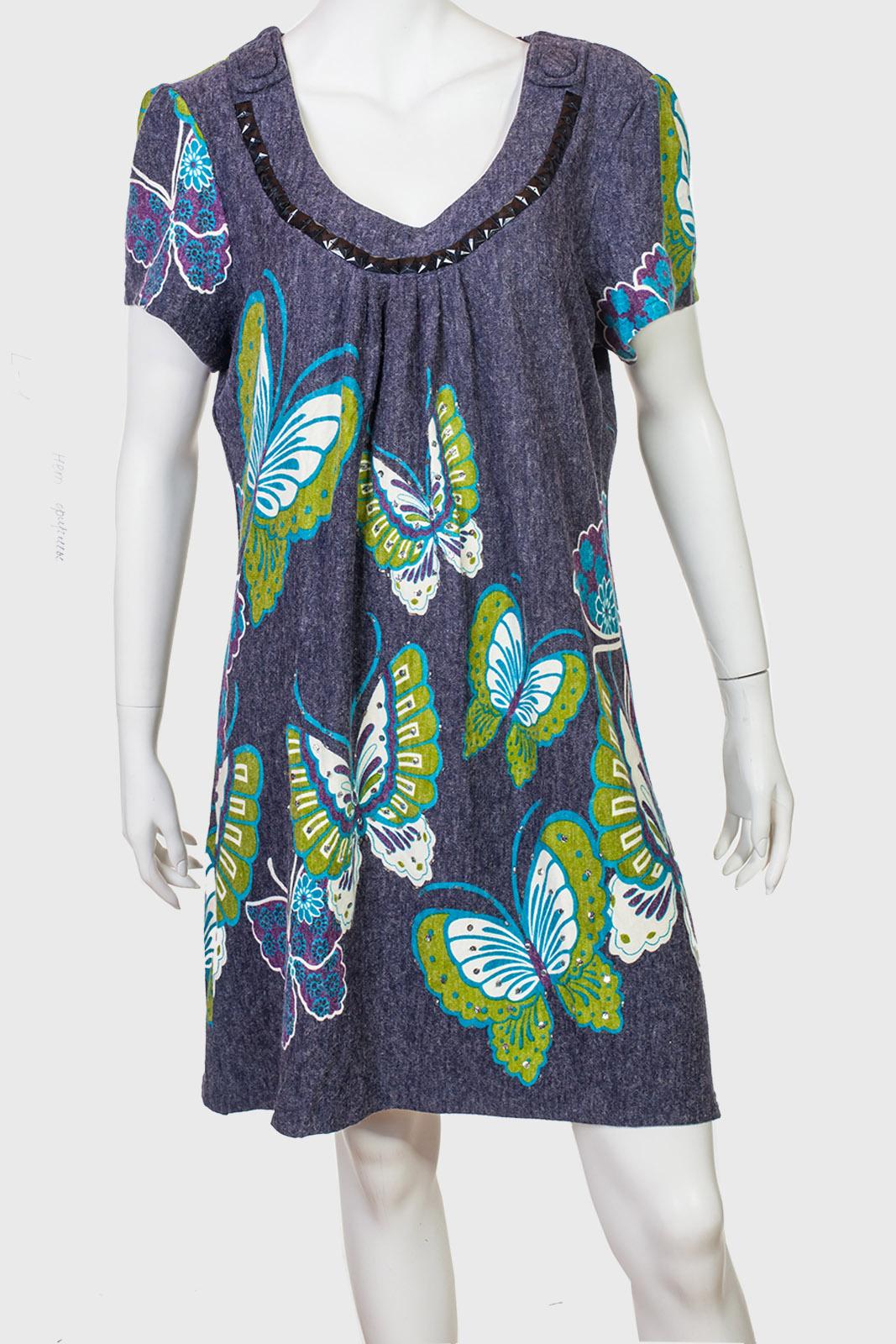 Привлекательное серое платье с крупным принтом