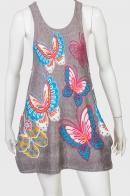 Привлекательное светлое платье-сарафан с крупными бабочками