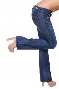 В меру расклешенные женские джинсы