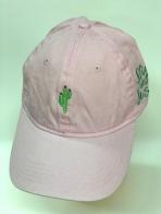 Розовая летняя бейсболка с небольшим кактусом на тулье