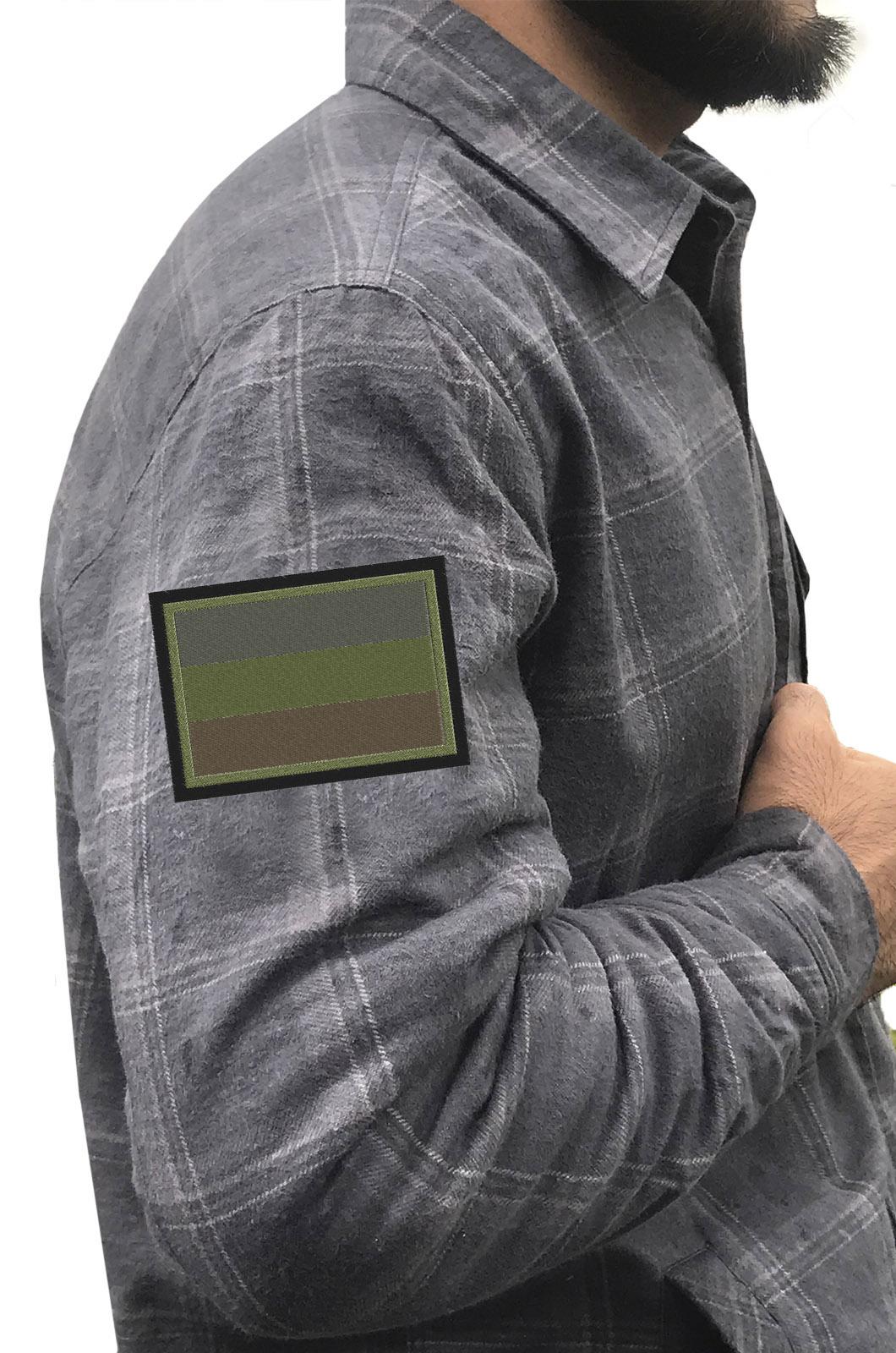 Рубашка мужская с вышитым темным полевым шевроном Россия - купить онлайн