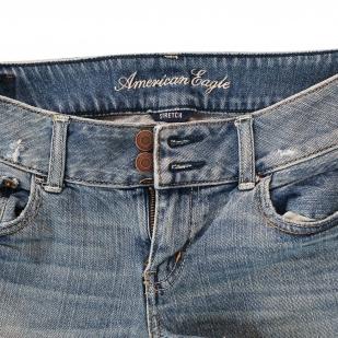 Рваные женские шорты American Eagle – две заметных пуговички и широкий пояс, который сделает талию уже, а попу круглее