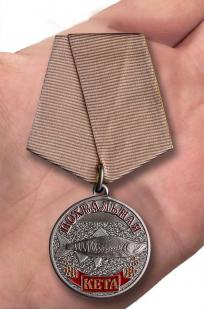 """Рыболовная медаль """"Кета"""" - вид на руке"""