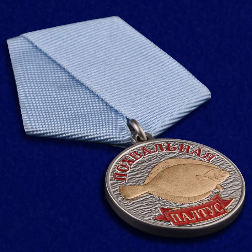 """Рыболовная медаль """"Палтус"""" в бархатистом футляре из флока - общий вид"""