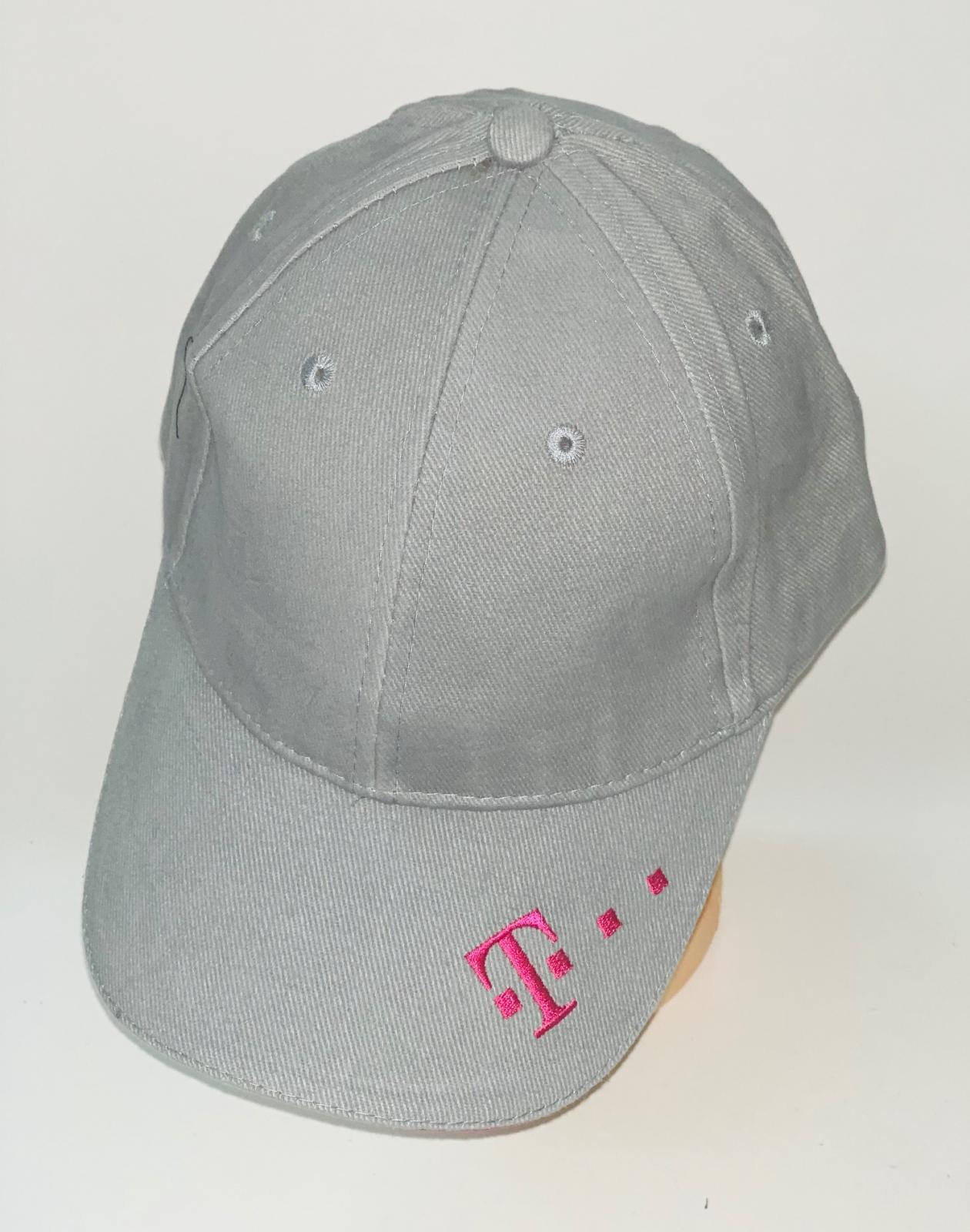 Серая бейсболка с розовой вышивкой на козырьке