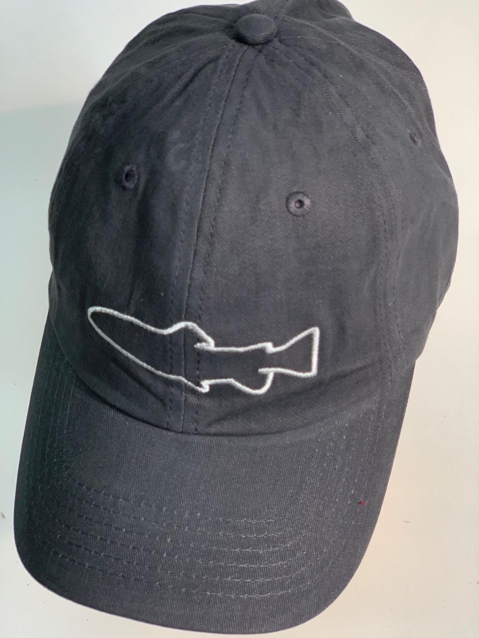 Серая бейсболка с вышитым силуэтом акулы
