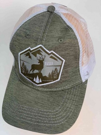 Серая кепка с изображением оленя на лоне природы