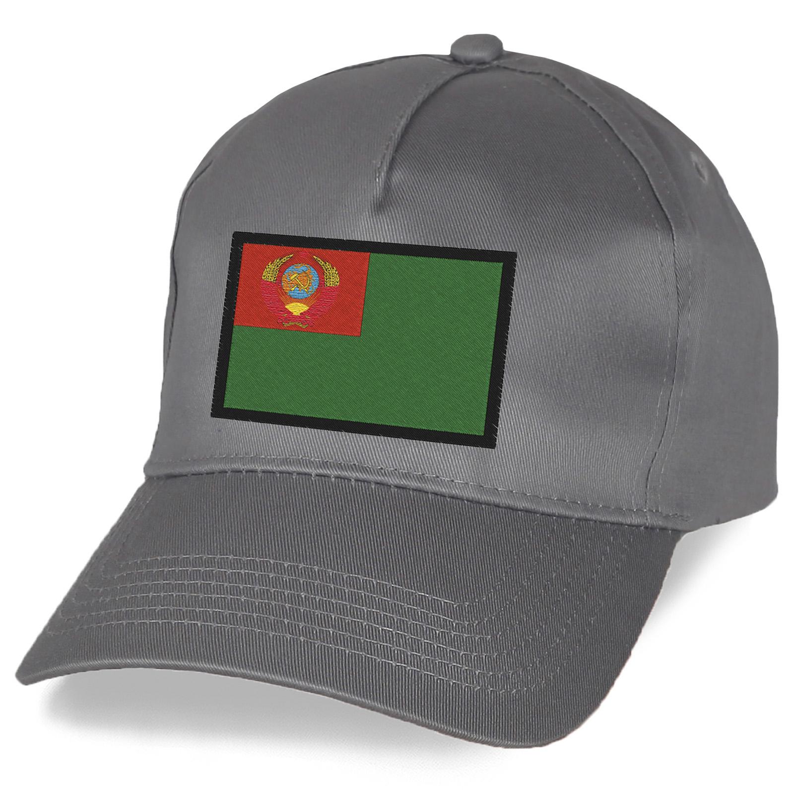 Серая кепка с вышивкой Пограничного флага.