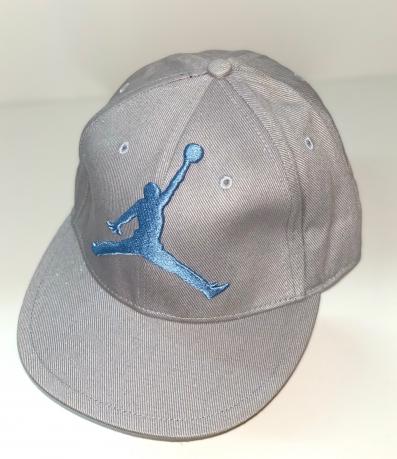Серая кепка снепбек с голубой вышивкой