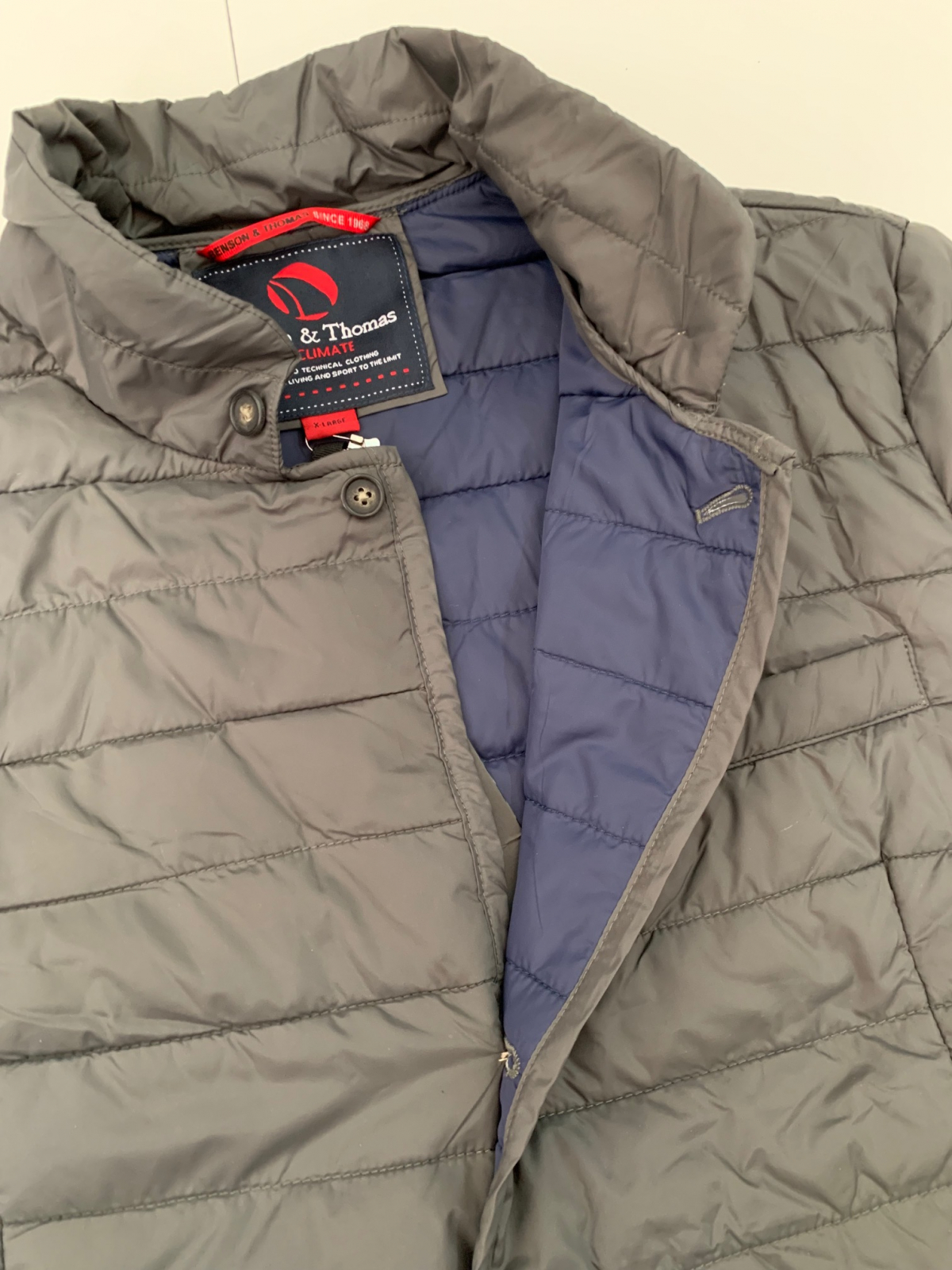 Серая мужская куртка о бренда Benson & Thomas