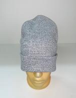 Серая шапка модного кроя