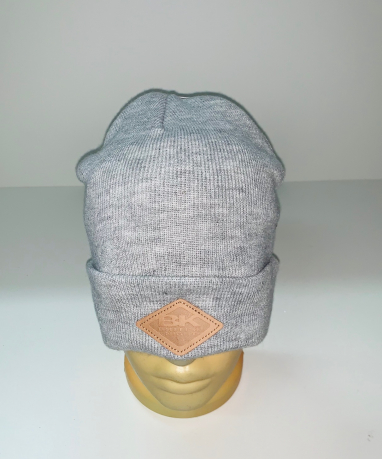 Серая шапка с кожаной нашивкой