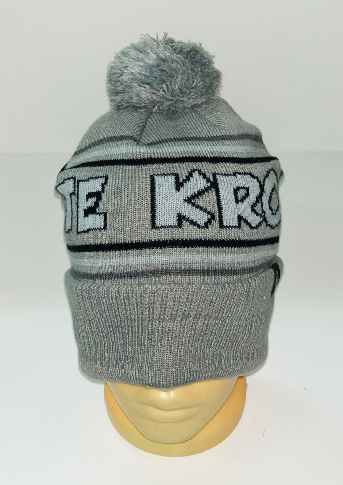 Серая шапка с надписью и помпоном