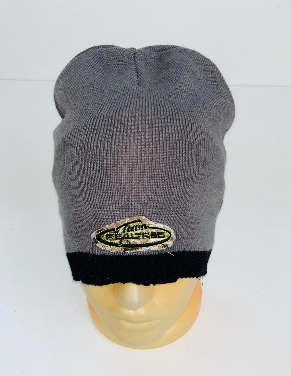 Серая шапка с нашивкой и черной каймой