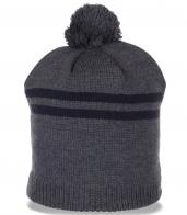 Серая шапка с помпоном для практичных мужчин. Универсальная модель, которая уместна всегда