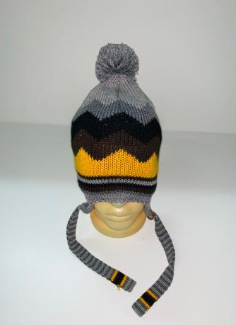 Серая шапка с помпоном и завязками
