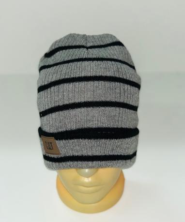 Серая шапка в тонкую черную полоску