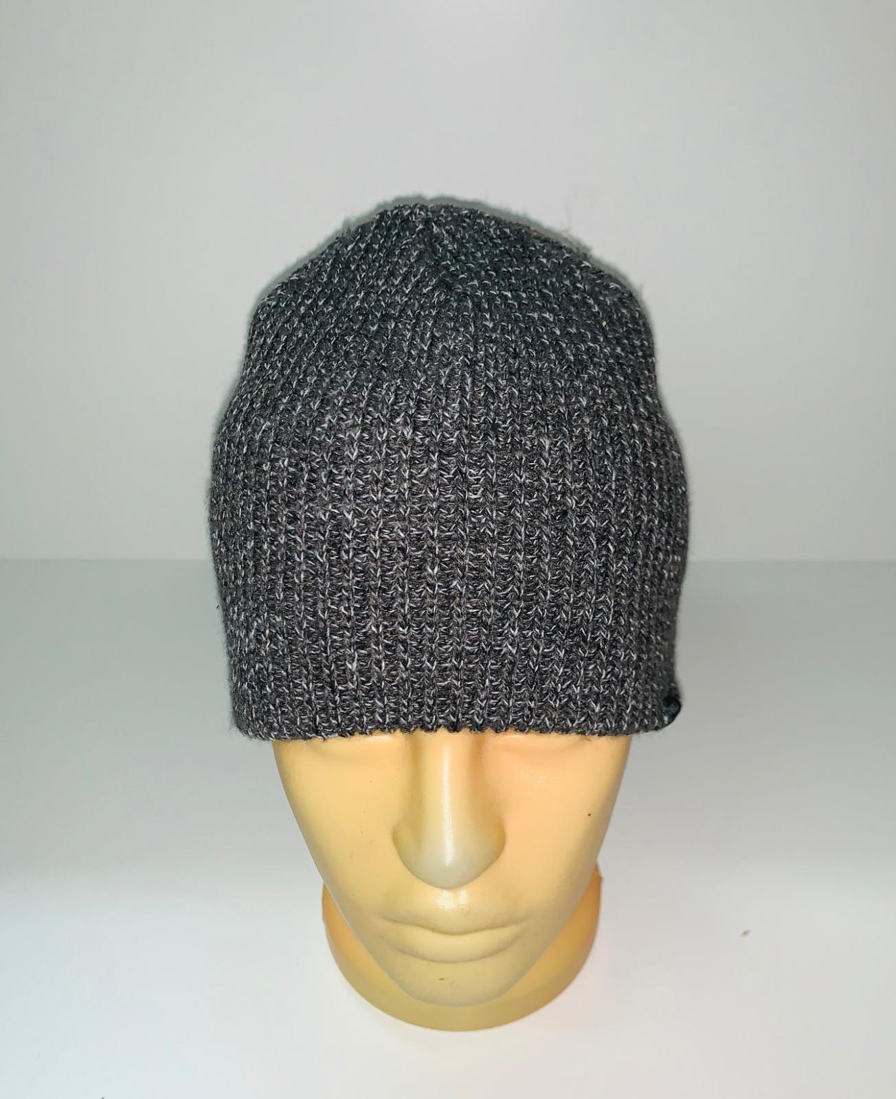 Серая трендовая шапка