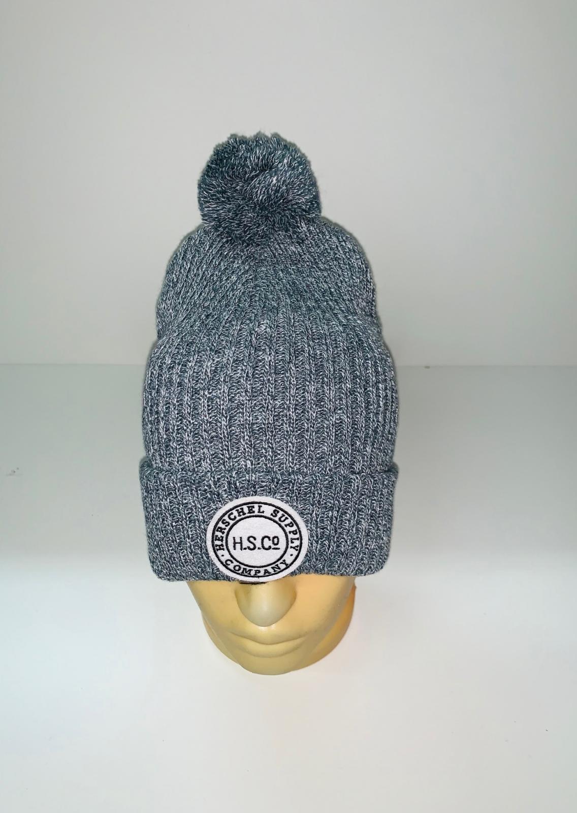 Серая уютная шапка с помпоном