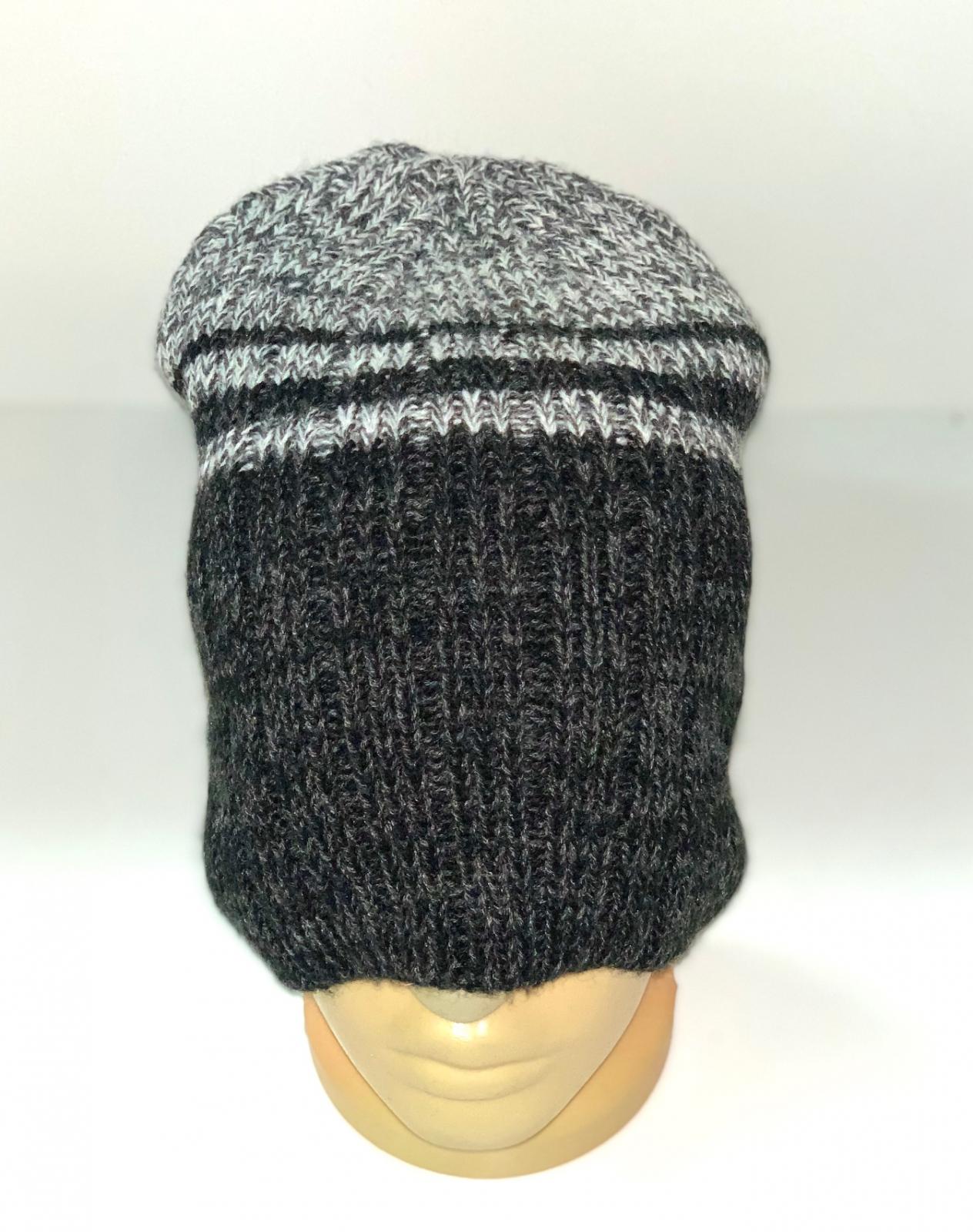 Серая вязаная шапка с полосками