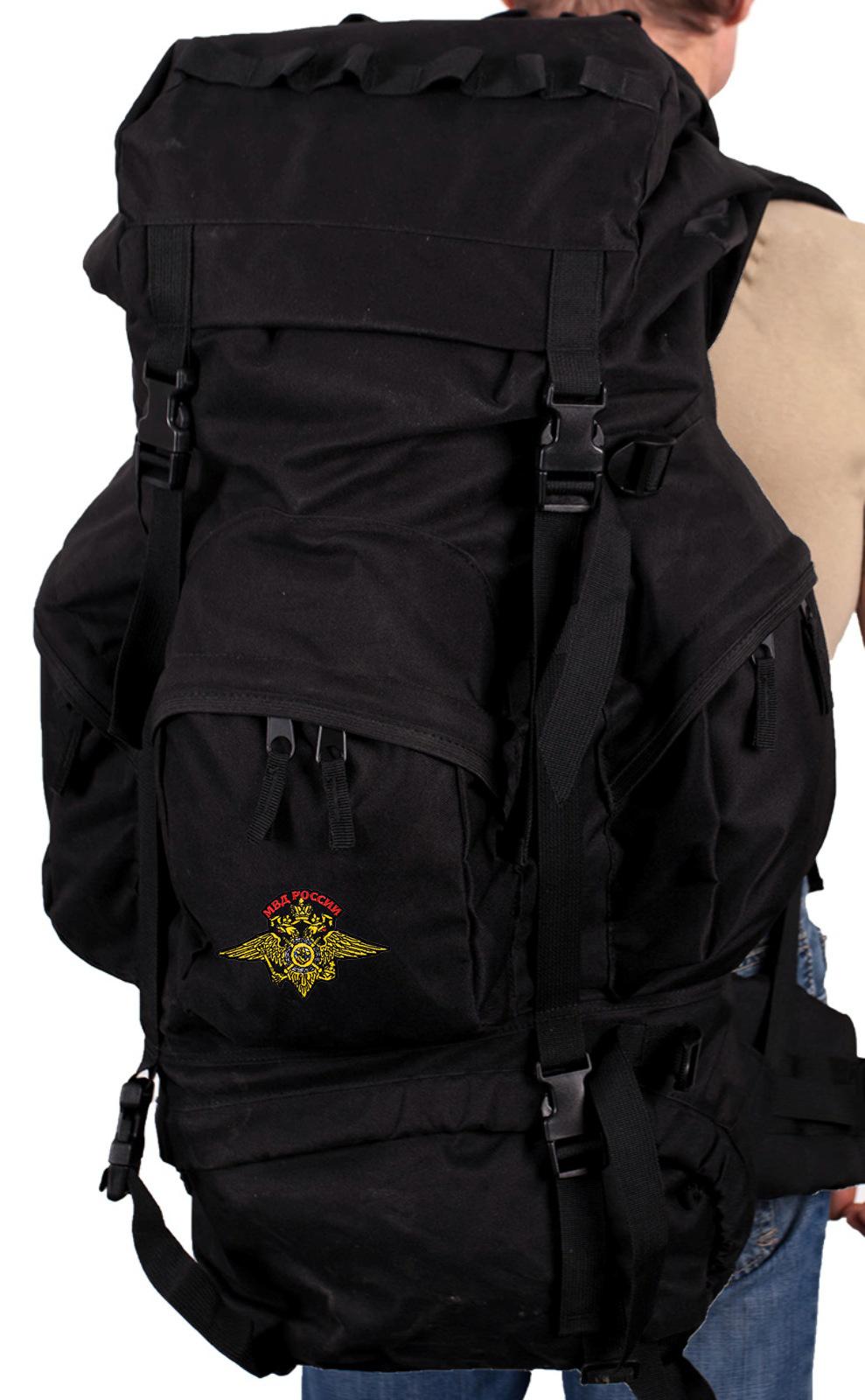 Серьезный внушительный рюкзак с нашивкой МВД