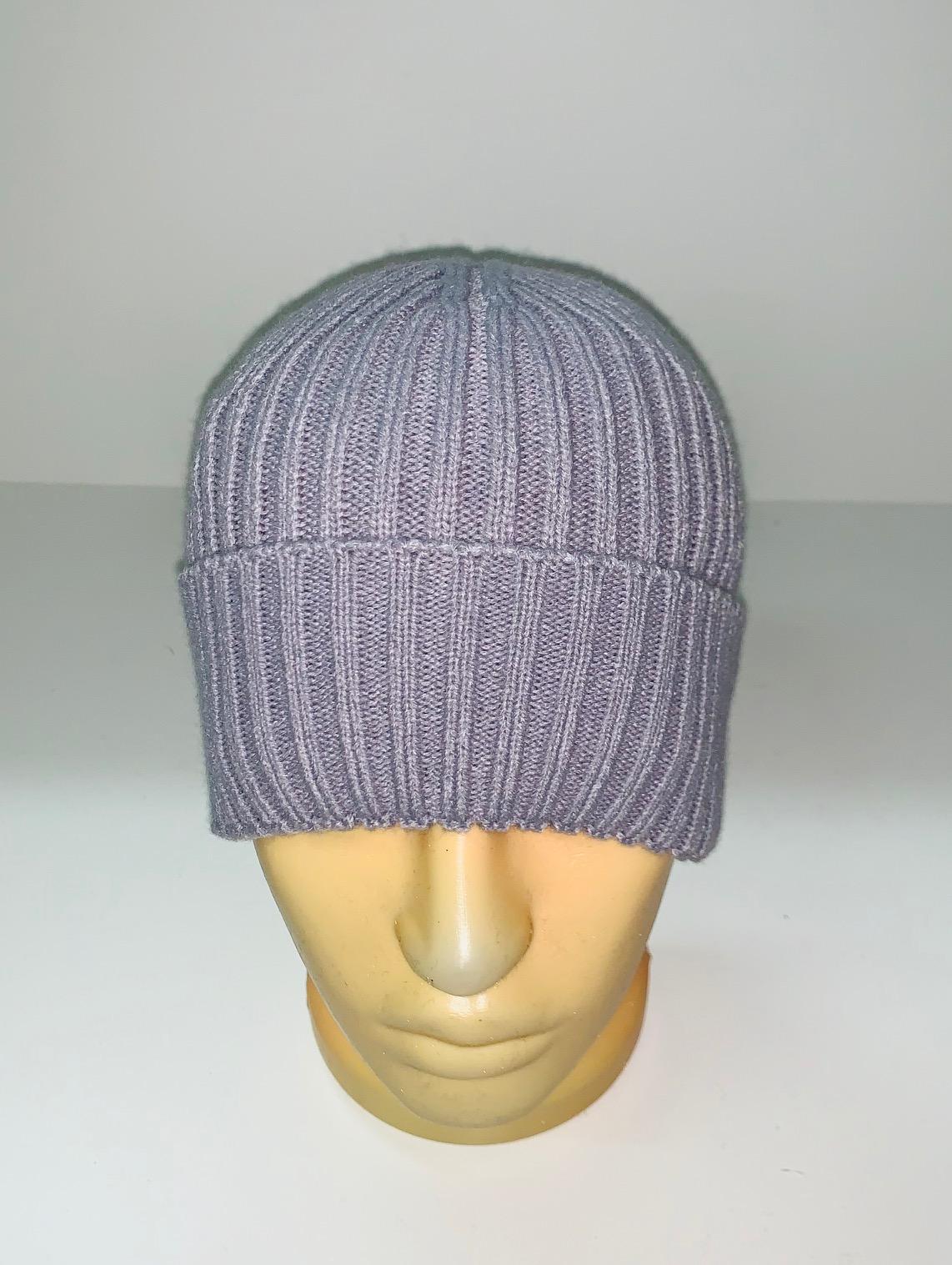 Серо-сиреневая модная шапка