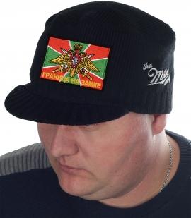 Для пограничников! Утеплённая вязаная шапка Miller Way с защищающим от ветра и осадков козырьком. Мужской дизайн с флагом и девизом погранвойск «Граница на замке». Твой размер!