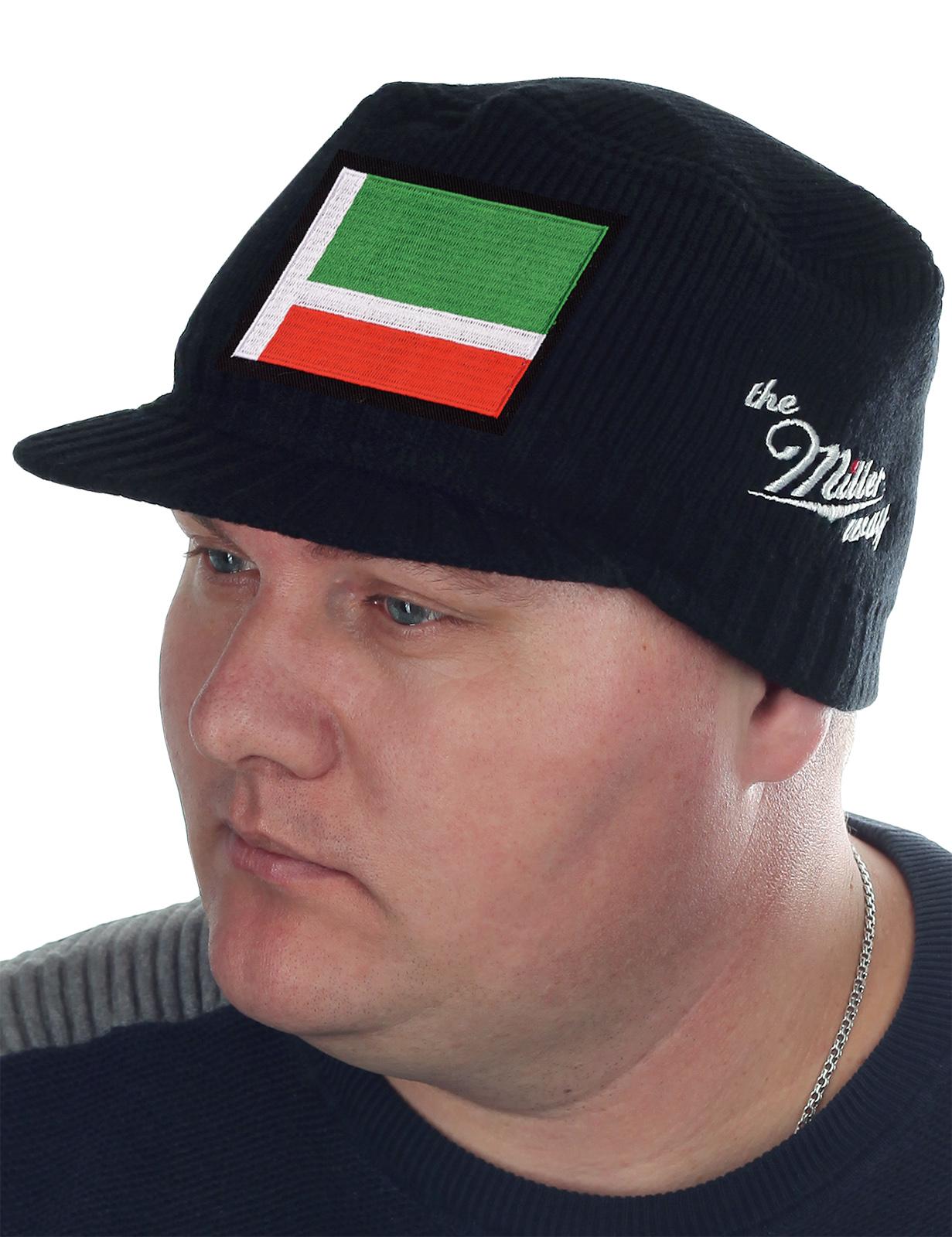 Брендовая мужская шапка Miller Way 2 в 1: защищает от холода и хорошо сидит. Линейка «Республиканские флаги России – Чечня». Модель закрывает лоб, уши, затылок – тепло и удобно