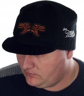 Зимняя мужская шапка Miller Way с символичной нашивкой «БРАТ ЗА БРАТА». Классический фасон создаст о тебе правильное впечатление, а глубокая уютная посадка защитит от холода