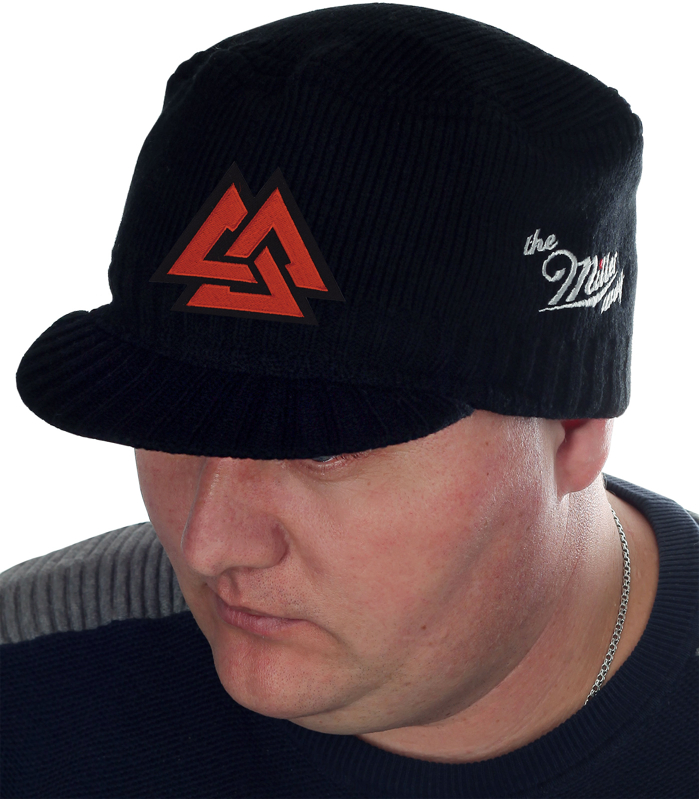 Модная мужская шапка Miller Way с древнескандинавским символом «Валькнут». Плотное волокно отлично согревает, а козырек защищает лицо и глаза от ветра и осадков. Ты полюбишь эту кепку!