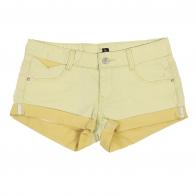 Женские джинсовые шорты светло-горчичного цвета.
