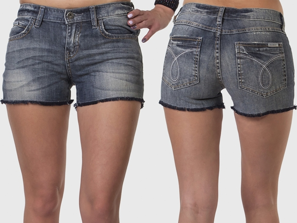 Женские джинсовые шорты с бахромой.