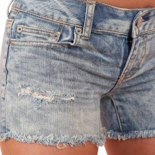 Светлые джинсовые шорты с дырками