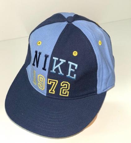 Сине-голубая кепка с прямым козырьком