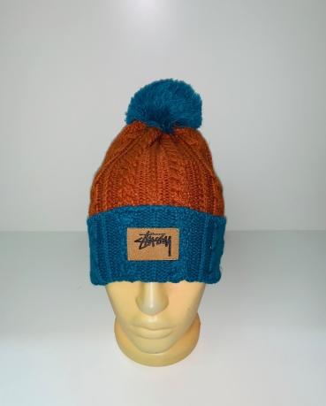 Сине-оранжевая шапка с помпоном