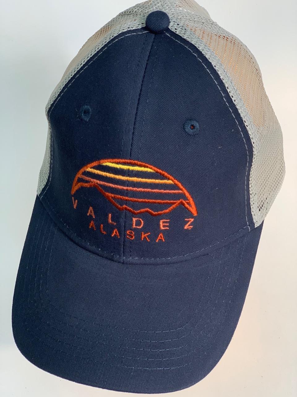Синяя бейсболка Alaska с сеткой на затылке и вышивкой