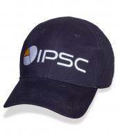 Синяя спортивная бейсболка с логотипом IPSC.
