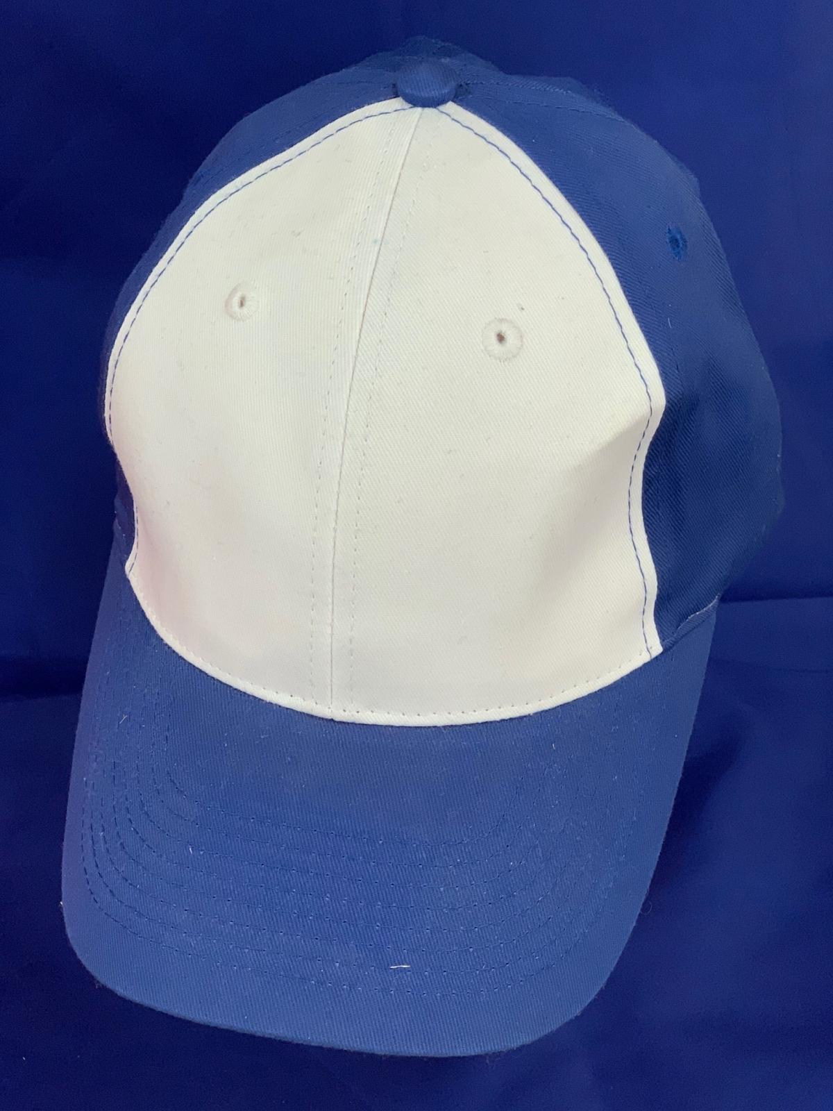 Синяя бейсболка с белыми вставками над козырьком