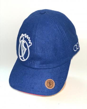 Синяя бейсболка с крутой белой вышивкой