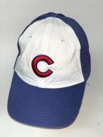 Синяя бейсболка с вышитой красной буквой на белой тулье