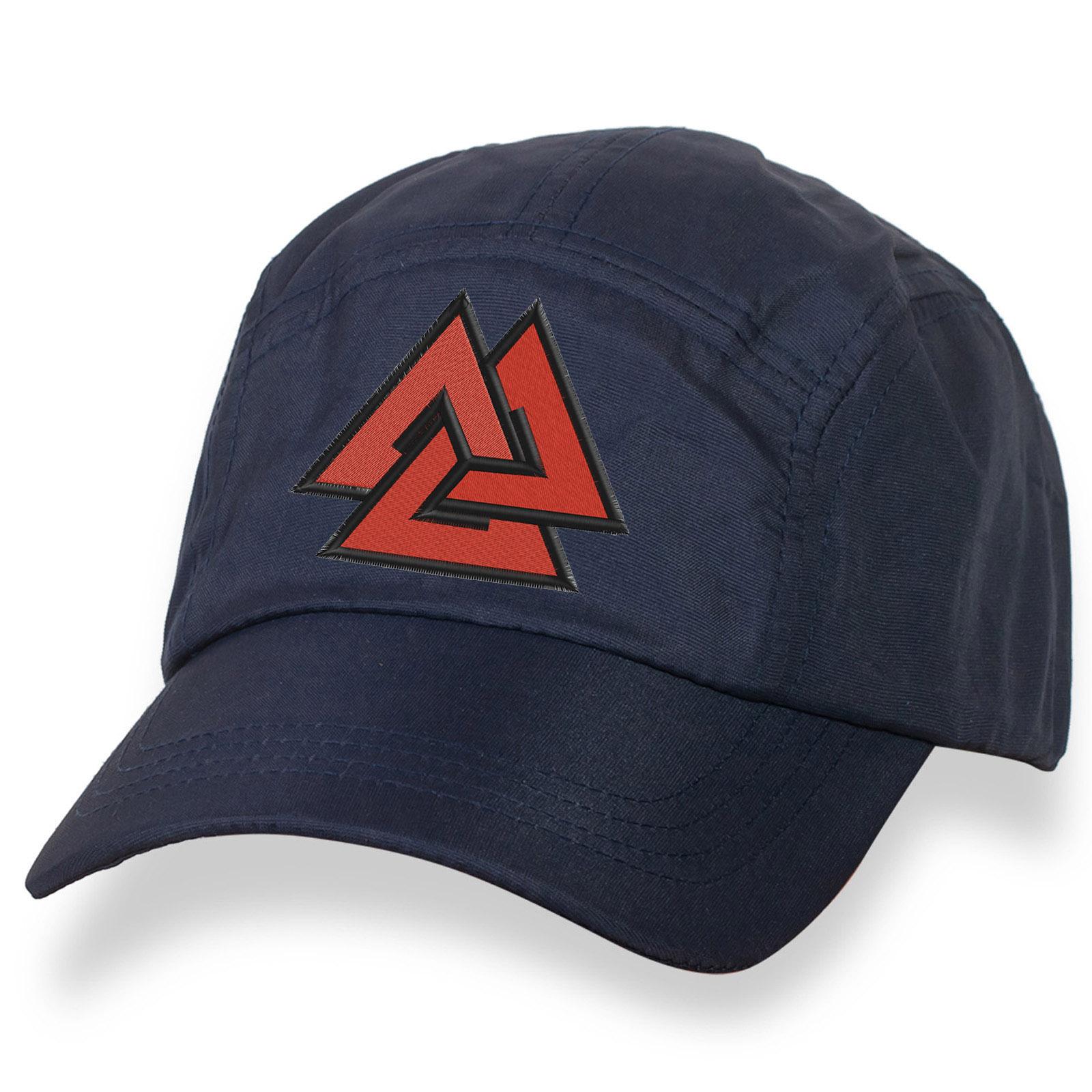 Синяя бейсболка с вышитым символом «Валькнут».